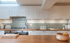 White shaker kitchen with wooden worktops and green metro tiles White Shaker Kitchen Cabinets, Wood Kitchen Cabinets, Wooden Worktop Kitchen, Wood Effect Kitchen Worktops, White Cabinets, Cream Shaker Kitchen, Oak Worktops, Floors Kitchen, Kitchen Interior