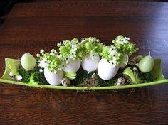 Bloemschikken Pasen: Langwerpige schaal schikken met eieren en vogelmelkook een mooi paasstuk.