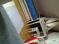Ma coiffeuse dans la chambre où il y a trois lits