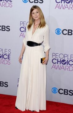 Ellen Pompeo eligió la naturalidad de una melena lisa y un vaporoso vestido blanco y largo de Lanvin, ceñido con un pequeño fajín en negro.