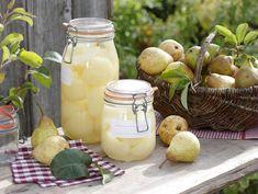 Syltede pærer Nemme syltede pærer, der kan bruges til alverdensting, præcis som mormor lavede det. Pear Blossom, Pear Trees, Eat Smarter, Chutney, Delicious Desserts, Food And Drink, Homemade, Snacks, Canning