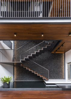 A Multi-Generational Residence In Singapore: Courtyard House by Ming Architects http://interiorsxdesign.com/2017/10/05/courtyard-house-by-ming-architects/