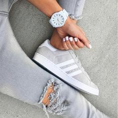 Tenis Adidas gris con blanco