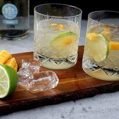 Nem opskrift på en skøn cocktail med gin, lime og mangesirup. Den smager frisk og er dejlig hele året rundt. Gin, Smoothie Drinks, Smoothies, Fresco, Caesar Pasta Salads, Caesar Salad, Fancy Drinks, Always Hungry, I Want To Eat