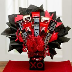 Chocolate Lovers Bouquet Give the perfect gift to any chocolate lover on your list this Valentine's day. Our Chocolate Lovers XOXO Candy Bouquet has a dozen classic and delectable chocolate bars. Any chocolate lover would melt to have a gift this sweet. Valentine Gift Baskets, Valentine's Day Gift Baskets, Valentines Day Gifts For Him, Valentines Diy, Candy Bar Bouquet, Gift Bouquet, Candy Arrangements, Valentine Bouquet, Candy Crafts