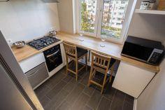 Дизайн белой кухни 6 кв. м с деревянной столешницей-подоконником (8 фото)