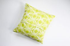 Outdoor Pillows 3 Ways (& Envelope Pillow DIY : DIY: envelope-style pillow How To Make An Envelope, Diy Envelope, Sewing Pillows, Diy Pillows, Decorative Pillows, Diy Crafts To Do, Diy Projects To Try, Sewing Crafts, Sewing Projects