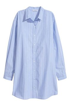 Oversized cotton poplin shirt with a collar, classic front and yoke with a pleat at the back. Long sleeves with buttoned cuffs, and a gentle flare to the he