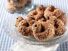 Amateur Cook Professional Eater - Greek recipes cooked again and again: Cookies with sesame, spices and ouzo Greek Sweets, Greek Desserts, Greek Recipes, Biscotti Cookies, Spice Cookies, Greek Cookies, Sesame Cookies, Greek Pastries, Chocolate Sweets