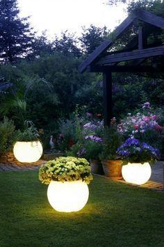 plantadores capa con pintura que brilla en la oscuridad para iluminación nocturna instante. | 32 Cheap And Easy Backyard Ideas That Are Borderline Genius