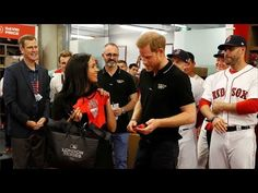 Meghan Markle breaks maternity leave to receive Red Sox and Yankees team shirts . - Meghan Markle breaks maternity leave to receive Red Sox and Yankees team shirts . Prince Harry Et Meghan, Meghan Markle Prince Harry, Harry And Meghan, Princess Meghan, Prince Henry, Yankees Team, New York Yankees Baseball, Shakira, Chicago Cubs
