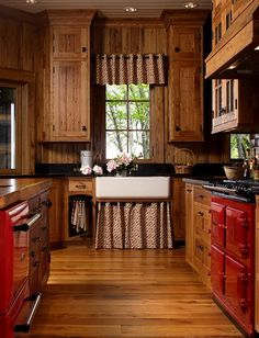 Traditional country kitchens are a design option that is often referred to as being timeless. Over the years, many people have found a traditional country kitchen design is just what they desire so they feel more at home in their kitchen. Rustic Country Kitchens, Rustic Kitchen Design, Cabin Kitchens, Kitchen Designs, Rustic Farmhouse, Farmhouse Style, Rustic Design, Rustic Style, Rustic Cafe