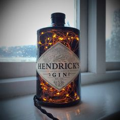 Hendricks Lampe Lampe ist mit Kupfer Lichterkette versehen, die der 12v macht, so dass sie sehr sicher zu arbeiten. Vintage Stoff Kabel verwenden Mit jeder Flasche Ihrer Wahl erfolgen. Hergestellt mit UK-Stecker, wird Adapter wenn außerhalb des Vereinigten Königreichs