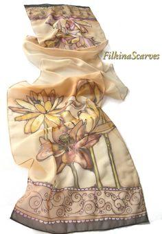 Articles similaires à Fleurs de Lys peintes à la main foulard écharpe  feuille ornements foulard peint Bordeaux ocre brun womens foulards foulard  en ... 74b3e4b39c4