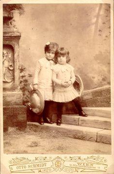 Alma mit ihrer Halbschwester Grete ca. 1884