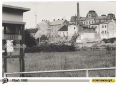 1988 Plzeň, pohled na Hamburk od telefonní budky u Prioru. Foto Pavel Dolejš.