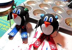 How to make cute penguin tree ornaments! Need to try these with wooden egg shapes or possibly a walnut. Try skis from popsicle sticks Penguin Christmas Decorations, Penguin Ornaments, Penguin Craft, Easy Christmas Crafts, Diy Christmas Ornaments, Simple Christmas, Christmas Ideas, Art Plastic, Plastic Eggs
