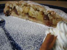 Strudel di mele con pasta frolla, dolce a base di mele, pinoli, uvetta e cannella. Ricetta tipica altoatesina. Torta tradizionale del Trentino-Alto Adige.