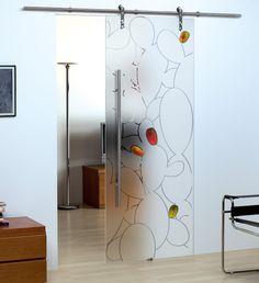 Porta scorrevole in vetro temperato. Decorazione: Incisione con dettagli dipinti a mano, sabbiatura.