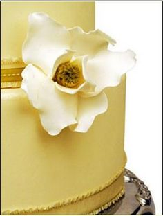 Love this simple sugar flower on a #gold cake.