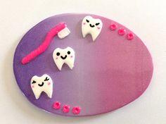 BADGE Thème assistante dentaire, DENTISTE sur fond dégradé violet rose nacré : Pins, badges par passions-creations