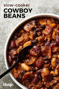 Do yourself a favor and let your slow cooker solve your potluck problems. This portable potluck dish is easy to throw together and just as easy to transport to the party. Sweet and tangy chili teams u Crockpot Baked Beans, Baked Bean Recipes, Beef Recipes, Cooking Recipes, Crockpot Recipes For Potluck, Crock Pot Beans, Recipes Using Beans, Best Baked Beans, Crockpot Side Dishes