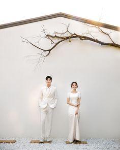 Foto Wedding, Wedding Pics, Wedding Shoot, Wedding Dresses, Pre Wedding Poses, Pre Wedding Photoshoot, Korean Wedding Photography, Minimalist Wedding Decor, How To Pose