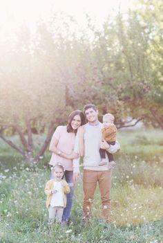 Fall Family Portraits, Family Portrait Poses, Family Picture Poses, Family Photo Outfits, Family Photo Sessions, Family Posing, Beach Portraits, Outfits For Family Pictures, Picture Ideas