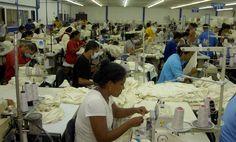 Empleados laborando en una maquila del norte. Sector maquilador alcanza generación de 164,000 empleos