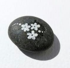 Painted pebble stone ༺✿ƬⱤღ http://www.pinterest.com/teretegui/✿༻