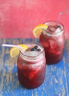 За основу лимонада всегда берется свежевыжатый лимонный сок, но в остальном - вариантов может быть бессчетное множество. Мы выбрали три новых освежающих рецепта из черешни, малины и черники для жаркого летнего дня. Черешневый лимонад   Ингредиенты:  1 стакан сахара; 1 стакан горячей вод