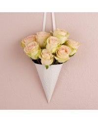 Meio cone em metal para colocar flores.  Utilize nos bancos da igreja ou na…