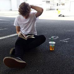 Imagem de boy, book, and starbucks