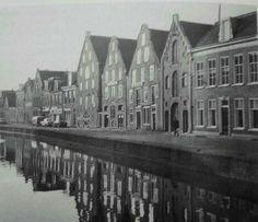 Vliet 22, 24 en 26. Pakhuizen aan het Zuidvliet (foto 1967) met als derde, vierde en vijfde huis van rechts respectievelijk Groningen, Friesland en Koningsbergen. Leeuwarden