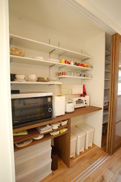 Japanese structure is steeped in tradition, yet still thoroughly current. Kitchen Cupboard Doors, Kitchen Pantry, Kitchen Storage, Storage Spaces, Dining Cabinet, Kitchen Dinning, Japanese Home Decor, Japanese Interior, Muji Haus