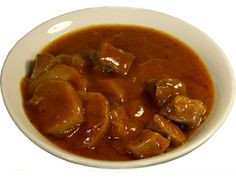 Maso (500 až 600 g) nakrájet na kostky, velkou cibuli (1) nadrobno, rajčata (2) a paprikové lusky (2) na kostky či plátky. Na třech lžících tuku zpěnit cibuli, zaprášit paprikou (necelá polovina lžičky), osolit, zamíchat a hned přidávat maso, lehce osmahnout, podlít horkou vodou a dusit do změknutí. Pak přidat lusky (fazolové i paprikové) a rajčata a ještě asi dvacet minut dusit. Na závěr je možné vmíchat lžíci smetany. Přílohy: pečivo, brambory Goulash, Czech Recipes, Stew, Beans, Vegetables, Cooking, World Cuisine, Red Peppers, Kitchen
