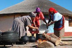 In tradisionele Xhosa-statte word daar kommunaal kos gemaak in 'n 'buite'-kombuis. Xhosa, Culture, Grade 2, Image, Second Grade