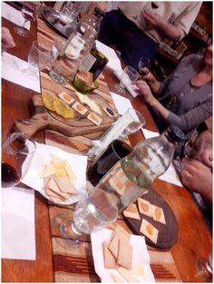Nuestra acostumbrada picada que incluye exquisitos patés de la Patagonia argentina y quesos de cabra, oveja y vaca; y arepitas y tostones venezolanos. Dairy, Gift Wrapping, Cheese, Gifts, Food, Goat Cheese, Sheep, Goats, Paper Wrapping