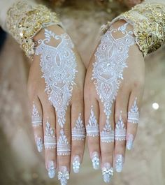 Latest White Henna Designs Tattoo Trends Collection include how to apply white henna, fancy patterns, easy simple henna styles, for dark skin etc Wedding Henna Designs, Modern Mehndi Designs, Beautiful Henna Designs, Henna Tattoo Designs, Flower Tattoo Designs, White Henna Tattoo, Gold Henna, Henna Mehndi, Henna Art
