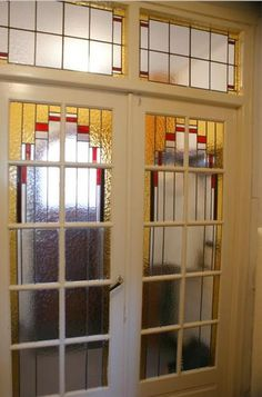 Mooi glas-in-lood deuren in de hal van een Jaren '30 huis in Haarlem