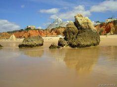 Na plaży Praia da Rocha podczas odpływu (Algarve, Portugalia)
