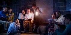 Dans une région du monde où leur œuvre est sous restrictions, des Témoins de Jéhovah tiennent une réunion dans un sous-sol peu éclairé