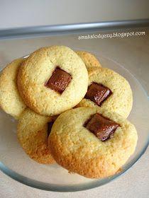 Proste, szybkie ciasteczka, na bazie kaszy manny. Po upieczeniu są mięciutkie w środku, odpowiednio słodkie, z niespodzianką, w tym przypad...