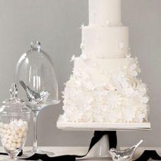 White wedding cakes, white wedding flowers and oodles of white wedding ideas! Photo: Bobbette & Belle