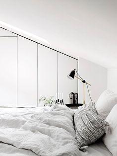 Bo LKV:n perustajien koti Turussa Above Kitchen Cabinets, Carrara, Beautiful Bedrooms, Scandinavian Style, Wall Decor, Ceiling Lights, Architecture, Interior, House