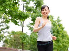 太ももが細くなる方法としてもっとも簡単に取り組めるのが、日常の歩き方の見直しです。意外にできている人が少ない「正しい歩き方」とは?専門家監修のもと、歩き方と太もも太りの関係と、太もも痩せにつながる正しい姿勢と歩き方をご紹介します。