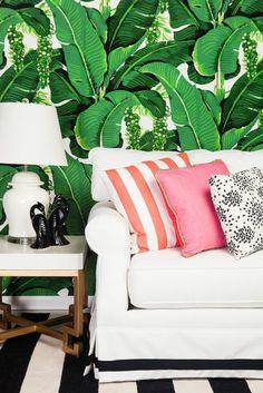 salon moderne à la fraîcheur tropicale, déco noir et blanc, papier peint jungle tropical, coussins à motifs différents