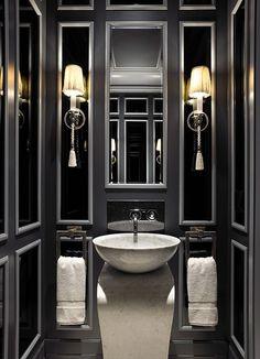 Elegancka, męska łazienka w czerni będzie doskonale pasować do mieszkań w miejskich kamienicach. Dla mężczyzn ceniących styl.