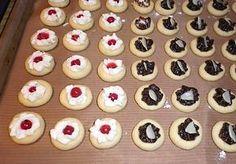 Malé koláčky z hladké mouky, másla a taveného sýra zdobené různými marmeládami, tvarohem či makovou nebo povidlovou náplní, upečené v troubě, nakonec obalené v cukru smíchaném s vanilkou. Czech Recipes, Russian Recipes, Christmas Goodies, Christmas Baking, Meringue Cookies, Mini Cupcakes, Tiramisu, Macaroons, Cake Recipes