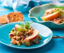 The delicious tartare with salmon and red apple that is very easy to make! Tartare Recipe, Salmon Tartare, Salmon Marinade, Poke Bowl, Red Apple, Fish And Seafood, Fish Recipes, Baked Potato, Entrees